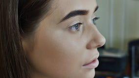 Augenbrauen-Sorgfalt Nahaufnahme des Frauen-schönen blauen Auges, perfekte geformte Braue, lange Wimpern mit Berufsmake-up und stock video footage