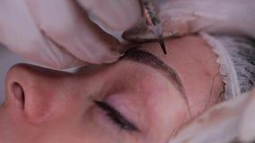 Augenbrauenabstaubenpigment Spezielle Maschine mit einer Nadel setzt Farbe Nahaufnahme 4K langsames MO stock footage
