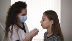 Augenbrauenkorrektur Kosmetiker reibt die Augenbrauen des Kunden mit einer Baumwollauflage, Desinfektion Weicher Fokus Langsame B stock video