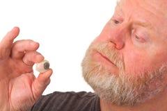 Augenfachmann, der Glasauge anhält Lizenzfreie Stockfotos