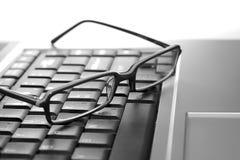Augengläser auf Laptop Lizenzfreie Stockfotos