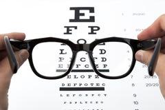 Augengläser auf Sehvermögentestseitehintergrund Lizenzfreie Stockfotos