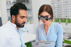Augenheilkunde-Klinik Augenarzt Testing Woman Eyesight lizenzfreie stockfotografie