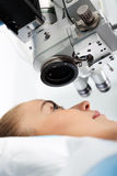 Augenklinik, Augenarzt erlegte Gummihandschuhen auf Lizenzfreie Stockfotografie
