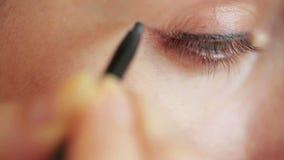 Augenmake-upnahaufnahme - eyepencil stock video footage