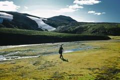 Augmentant dans Landmannalaugar, paysage de montagne en Islande Photo libre de droits
