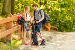 Augmentant de jeunes ajouter au sac à dos de guitare extérieur Images libres de droits