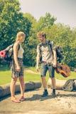 Augmentant de jeunes ajouter au sac à dos de guitare extérieur Image libre de droits