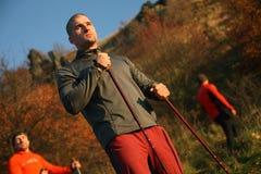Augmentant l'homme - extérieur dans la forêt Photographie stock libre de droits