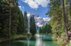 Augmentant le long de la perle des dolomites, le wildsee de Pragser Image libre de droits