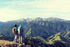 Augmentant les amis apprécient la vue sur la montagne Photo libre de droits