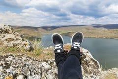 Augmentant les jambes sur une montagne aménagent en parc avec le fond de lac Photo stock