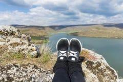 Augmentant les jambes sur une montagne aménagent en parc avec le fond de lac Image libre de droits