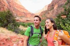 Augmentant les personnes - couples de randonneur sur la hausse Photos stock