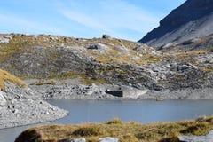 Augmentant sur le Gemmipass, avec la vue du Daubensee, la Suisse/Leukerbad image stock