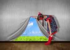 Augmenter d'enfant le mur et le regard sur la nature Photographie stock