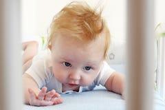 Augmenter de essai de petit garçon sa tête Image libre de droits
