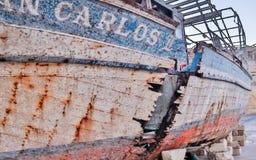 Augmenter, vieille, cassée épave de bateau de São Carlos près de port de yacht images libres de droits