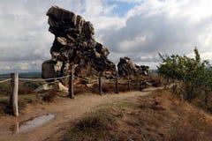Augmentez le chemin au mur Teufelsmauer de ` de diables en montagnes de Harz Photos libres de droits
