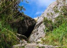 Augmentez sur le chemin pavé par Inca Trail antique à Machu Picchu peru Aucune personnes Images libres de droits