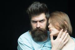 Augmentez votre brutalité avec se laisser pousser la longue barbe Types brutaux d'amour de femmes et masculins barbus Brutal barb Photo libre de droits