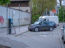 Augsburg, Duitsland - Mei 7, 2019: Elektronische het laden post in de stad stock afbeeldingen
