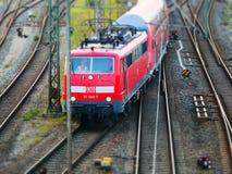 Augsburg, Duitsland - September 5, 2018: De rode trein van Duitse OB van de spoorwegendeutsche Bahn van de spoorwegexploitant Dui royalty-vrije stock foto's
