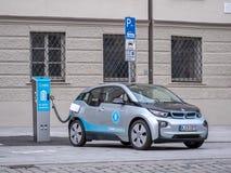 Augsburski, Niemcy, Maj - 7, 2019: BMW I3 ładuje elektryczność przy ładuje stacją w mieście fotografia royalty free