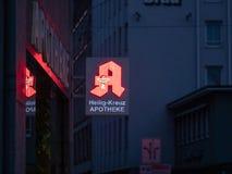 Augsburski, Niemcy, Maj - 5, 2019: Niemiecki apteka znak iluminujący z czerwienią PROWADZĄCĄ zaświeca obrazy stock
