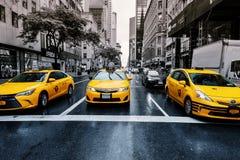 Augusr 2017 Нью-Йорка США 01: Желтые кабины на бульваре парка перед грандиозным центральным стержнем, Нью-Йорком Стоковые Изображения