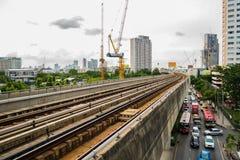 7. August 2017 Bangkok Thailand? BTShimmelzugeisenbahn und -verkehr an BTSstation stockfotos