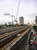 7. August 2017 Bangkok Thailand? BTShimmelzugeisenbahn und -verkehr an BTSstation stockbild