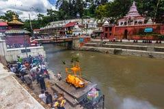18. August 2014 - Begräbnis- Scheiterhaufen im Bagmati-Fluss in Kathmandu Lizenzfreie Stockbilder