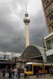 22. August 2016 Berlin, Deutschland: Fernsehturm in Hauptstadtplatz Alexanderplatz-Bahnstation und Leute, die um Summe gehen Stockfotografie