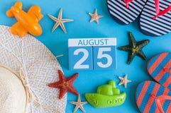 25. August Bild des vom 25. August Kalenders mit Sommerstrandzubehör und Reisendausstattung auf Hintergrund Baum auf dem Gebiet Lizenzfreie Stockbilder