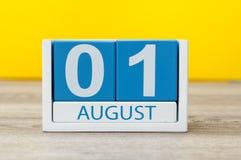 1. August Bild vom 1. August, hölzerner Kalender der Nahaufnahme Farbauf gelbem Hintergrund Baum auf dem Gebiet Lizenzfreies Stockfoto
