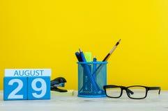 29. August Bild vom 29. August, Kalender auf gelbem Hintergrund mit Büroartikel Junge Erwachsene Lizenzfreie Stockfotos