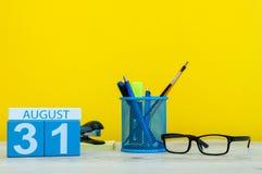 31. August Bild vom 31. August, Kalender auf gelbem Hintergrund mit Büroartikel Sommerzeitende Zurück zu Schule Stockfotografie