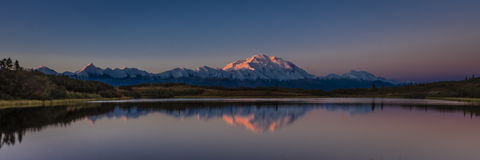 30. August 2016 - bringen Sie Denali am Wonder See an, vorher bekannt als der Mount McKinley, die höchste Bergspitze in Nordameri Lizenzfreie Stockbilder