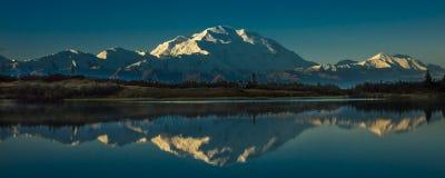 28. August 2016 - bringen Sie Denali am Wonder See an, vorher bekannt als der Mount McKinley, die höchste Bergspitze in Nordameri Lizenzfreie Stockfotos