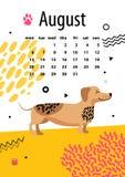 August Calendar per 2018 anni con il bassotto tedesco divertente Fotografia Stock Libera da Diritti