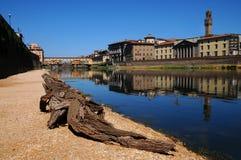 15. August 2017: Eine schöne Ansicht der berühmten alten Brücke Ponte Vecchio und der Uffizi-Galerie mit blauem Himmel in Florenz Lizenzfreie Stockfotografie