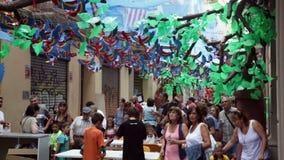 AUGUST: Festes de Gracia herein am 15 Basisrecheneinheiten auf dem grünen Himmel stock video