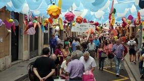 AUGUST: Festes de Gracia herein am 15 Basisrecheneinheiten auf dem grünen Himmel stock footage