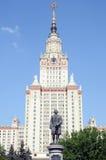 August Heat Sunlight Monument zu Mikhail Lomonosov in den Spatzen-Hügeln das Gebäude von staatlicher Universität Lomonosov Moskau stockfotos