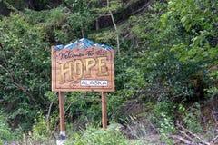 6. AUGUST 2018 - HOFFNUNG ALASKA: Willkommensschild zur ländlichen alaskischen Stadt der Hoffnung, AK stockfotografie