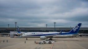 18. August 2017: Internationaler Flughafen Narita, Tokyo, Japan-Jet auf dem Asphalt, der sich vorbereitet mit einem Taxi zu fahre lizenzfreie stockfotos
