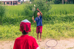 26. August 2014 - Kinder, die Badminton in Sauraha, Nepal spielen Stockfotos