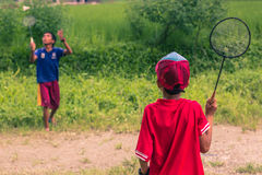 26. August 2014 - Kinder, die Badminton in Sauraha, Nepal spielen Lizenzfreie Stockfotos