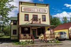 10. August 2018 - McCarthy Alaska: Das historische MA Johnson Hotel lizenzfreie stockbilder